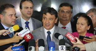 Governadores do Nordeste falam à imprensa após reunião com o presidente Jair Bolsonaro e com o ministro da Economia, Paulo Guedes. Na foto, fala o governador do Piauí, Wellington Dias.