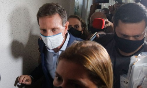 O prefeito do Rio de Janeiro, Marcelo Crivella, deixa a Cidade da Polícia, após ser preso na manhã desta terça-feira (22) em uma ação conjunta entre a Polícia Civil e o Ministério Público do RJ.