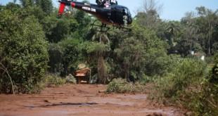 Helicóptero de resgate sobrevoa Rio Paraopeba atingido pelo rompimento de barragem da Vale, em Brumadinho.