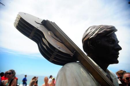 20 anos após sua morte, o compositor e maestro Antônio Carlos Jobim ganha uma estátua, de autoria da artista plástica Christina Motta, na Praia de Ipanema (Tânia Rêgo/Agência Brasil)