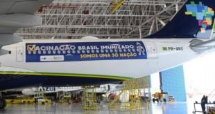 Avião da Azul no hangar aguardando decolagem para buscar vacinas na Índia
