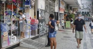 Rio de Janeiro - Lojas de rua na Tijuca funcionam em reabertura antecipada do comércio pela Prefeitura, com flexibilização das medidas de isolamento social pela pandemia do novo coronavírus (covid-19). (Fernando Frazão/Agência Brasil)