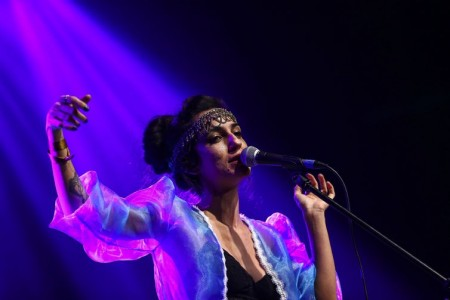 Júlia Carvalho durante participação no Festival de Música Nacional FM.