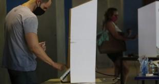 Movimentação dos eleitores durante eleições municipais de 2020, na 4ª zona eleitoral, no CIEP do bairro do Humaíta