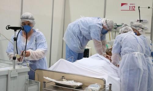 Médicos fazem treinamento no hospital de campanha para tratamento de covid-19 do Complexo Esportivo do Ibirapuera.