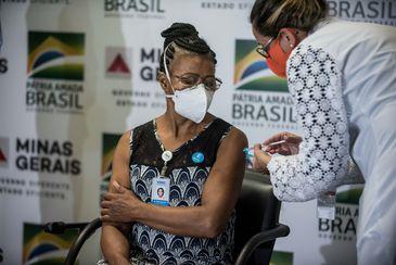 A técnica de enfermagem Maria Bom Sucesso Pereira foi a primeira imunizada em MG Alexandre Rezende / Nitro