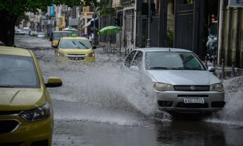 Fortes chuvas e ventos causam transtornos no centro do Rio de Janeiro. A cidade entrou em Estágio de Atenção às 11h50 devido à chuva.