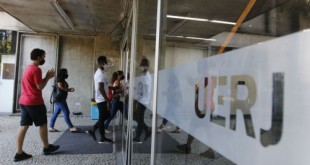 Entrada dos candidatos para o primeiro dia de provas do Exame Nacional do Ensino Médio (Enem) 2020, na Universidade Estadual do Rio de Janeiro(UERJ), na zona norte do Rio.