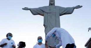 Rio de Janeiro - Início da vacinação contra Covid-19, no Cristo Redentor, a idosa Terezinha da Conceição e a técnica de enfermagem Dulcinéia da Silva Lopes. (Fernando Frazão/Agência Brasil)