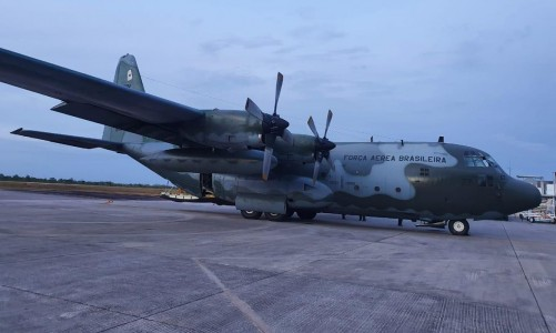 Avião C-130, da FAB, recebe cargas em São Luís-MA