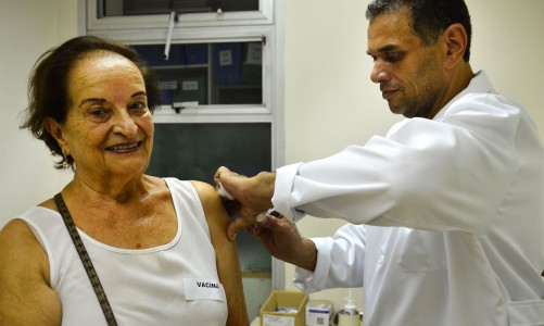 São Paulo - Hilda de Jesus Escobar, 86 anos no primeiro dia de vacinação de idosos, gestantes e crianças de 3 meses a 5 anos no Instituto de Infectologia Emília Ribas, região central (Rovena Rosa/Agência Brasil)