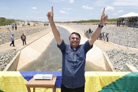 O Presidente Jair Bolsonaro esteve em Sertânia (PE), na manhã desta sexta (19), para participar da cerimônia de acionamento das comportas do 1º trecho do Ramal do Agreste. A estrutura vai distribuir a água do Eixo Leste do projeto do Rio São Francisco para 2,2 milhões de pessoas.