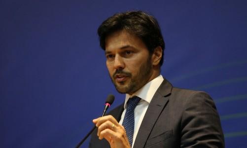 O ministro das Comunicações, Fábio Faria, discursa durante a cerimônia de comemoração aos 20 Anos do Fundo para o Desenvolvimento Tecnológico das Telecomunicações (Funttel), no Ministério das Comunicações.