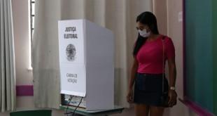 São Paulo - Eleitores votam no segundo turno das eleições para prefeito na Escola Municipal de Ensino Fundamental Celso Leite Ribeiro Filho, na Bela Vista.