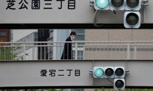 m homem usando uma máscara protetora é visto em uma passarela em Tóquio, após o surto da doença por coronavírus (COVID-19), Tóquio, Japão