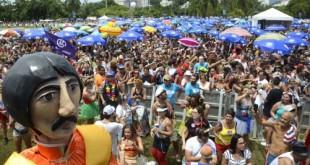 """Com o tema """"Revolution is all we need"""" (Revolução é tudo o que precisamos, em português), o Sargento Pimenta faz a festa no Aterro do Flamengo, na região central do Rio de Janeiro, tocando músicas dos Beatles em ritmos brasileiros."""