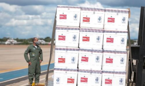 Hoje (18/01), um C-130 Hércules da #FAB, vindo de Guarulhos/SP, pousou em Brasília/DF e descarregou vacinas para combate à #COVID19. A aeronave decolou às 15h49 para Manaus/AM transportando o imunizante. A missão continua.
