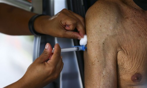 Vacinação de idosos no Rio será retomada nesta quinta