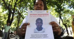 Rio de Janeiro - O Programa SOS Crianças Desaparecidas faz ato público para divulgar imagens de crianças e adolescentes desaparecidos. Na foto, Tânia Maria Rerreira, que procura seu filho (Tânia Rêgo/Agência Brasil)