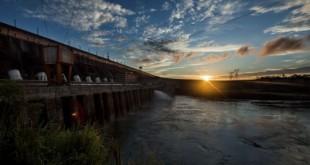 A Barragem de Itaipu é uma enorme barragem hidroelétrica no rio Paraná, entre o Brasil e o Paraguai. É conhecida pelos espetáculos de luzes noturnos e as vistas do miradouro central. O centro de comando do edifício de produção controla as turbinas da barragem. Nas proximidades, na parte paraguaia, o Museu da Terra Guarani exibe exposições sobre a cultura indígena. A norte, o refúgio Tatí Yupí é uma reserva de vida selvagem com trilhos e ave