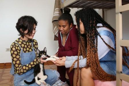 São Paulo - Lauana Akutsu, Adriana Fernandes e Jessica Dines desenvolvem a autonomia, dividem as atividades domésticas cotidianas e o gerenciamento de despesas na República Jovem Maria Maria, em Itaquera.