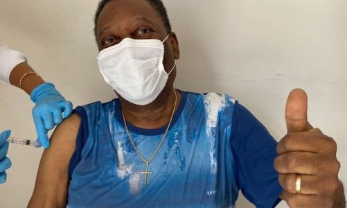 """""""Dia inesquecível"""", diz Pelé, 80 anos, ao ser vacinado contra covid-19"""
