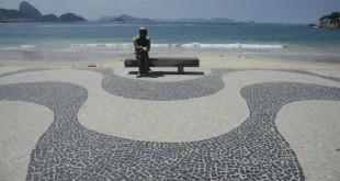 Praia de Copacabana com a estátua de Carlos Drummond de Andrade, na zona sul da cidade. Rio fica com as praias vazias neste sábado(20), após decreto com restrições para evitar o avanço da Covid-19.
