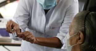Vacinação drive thru na Universidade Estadual do Rio de Janeiro (UERJ), zona norte do Rio. A cidade do Rio de Janeiro retoma hoje (25) sua campanha de aplicação da primeira dose da vacina contra a covid-19 em idosos da população em geral. Hoje serão vacinados os idosos com 82 anos.