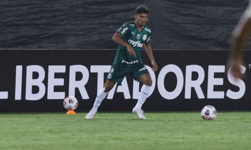 O jogador Gustavo Scarpa, da SE Palmeiras, em jogo contra a equipe do C Universitario D, durante partida válida pela fase de grupos, da Copa Libertadores, no Estádio Monumental. (Foto: Cesar Greco)