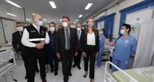 O Presidente Jair Bolsonaro visitou, na manhã desta quarta-feira (7), as instalações do Centro Avançado de Atendimento Covid-19, em Chapecó (SC). 📷: Alan Santos/PR