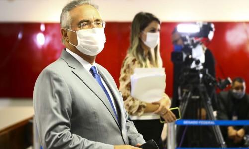 O senador Renan Calheiros a caminho da sessão de instalação da CPI da Pandemia, no Senado Federal.