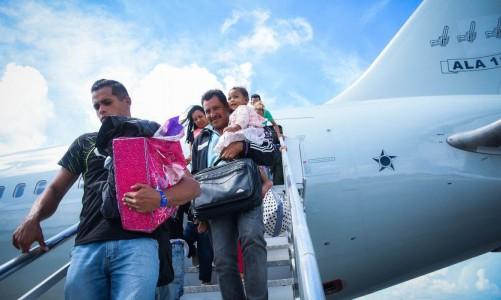 Venezuelanos contemplados pela Operação Acolhida desembarcando. (Acnur / Divulgação)