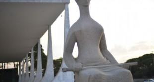 Fachada do Supremo Tribunal Federal (STF) com estátua A Justiça, de Alfredo Ceschiatti, em primeiro plano.