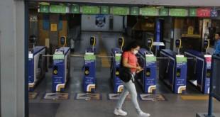 Estação do metrô no Flamengo com pouca movimentação, no primeiro dia de comércio fechado por determinação da prefeitura