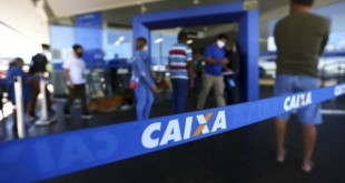 Fila para entrada em agência da Caixa, em Brasília.