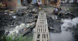 Rio de Janeiro - Moradores do Complexo da Maré vivem expectativa de mudanças sociais. Conjunto de barracos à beira de um canal conhecido como favelinha da Mc Laren (Fernando Frazão/Agência Brasil)