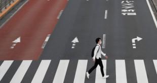 Um homem usando uma máscara protetora atravessa uma rua em Shinjuku, após o surto da doença por coronavírus (COVID-19), Tóquio, Japão, 4 de maio de 2020. REUTERS / Kim Kyung-Hoon