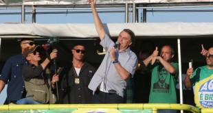Presidente Jair Bolsonaro, acompanhado de diversos ministro participa de manifestação organizada pelo movimento agricola brasileiro.