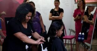 Brasília - O Metrô-DF lança a campanha solidária Corte e Compartilhe, que incentiva usuários a doarem mechas de cabelo para transformá-las em perucas, doadas a pacientes com câncer de mama (Wilson Dias/Agência Brasil)
