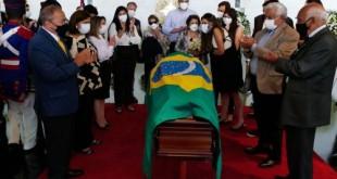 Morreu neste sábado (12) o ex-senador e ex-vice-presidente da República Marco Maciel. Aos 80 anos, Marco Maciel convivia com a doença de Alzheimer desde 2014 e, em março deste ano, foi diagnosticado com covid-19. Voltou a ser internado nesta semana devido a uma infecção bacteriana. O velório é restrito a familiares e amigos íntimos, de 14h30 às 16h30, no Salão Negro do Congresso Nacional. Sepultamento às 17h30, na Ala dos Pioneiros do Cemitério Campo da Esperança, em Brasília. Familiares, amigos e políticos se despendem do ex-senador Marco Maciel. Ao centro, esposa do ex-senador Marco Maciel, Anna Maria Ferreira Maciel. Foto: Roque de Sá/Agência Senado