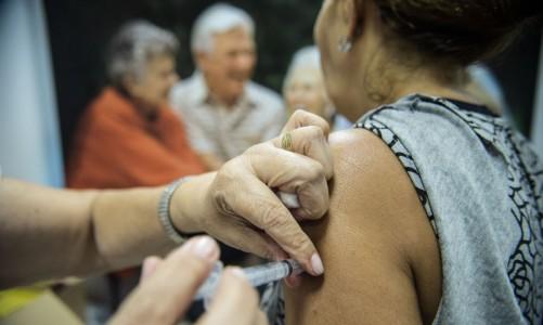 Idosos são vacinados em estação de metrô em Brasília, durante o dia D da Campanha Nacional de Vacinação contra Gripe de 2014 que começou na última terça-feira (22) vai até 9 de maio (Marcelo Camargo/Agência Brasil)
