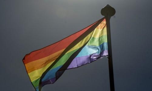 Bandeira (LGTB) é hasteada na Embaixada do Reino Unido para marcar o Dia Internacional contra a Homofobia e Transfobia, celebrado neste sábado (17) (Foto: Marcelo Camargo/Agência Brasil)