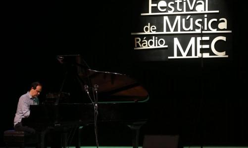 Entrega de prêmios aos músicos no Festival de Música Rádio MEC 2018, no Teatro João Caetano