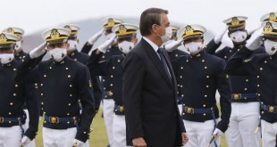 Bolsonaro participa da entrega de espadins na Escola Naval