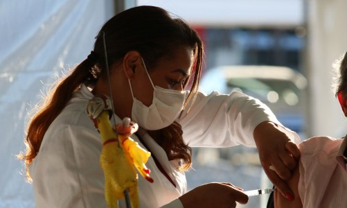 São Paulo - Vacinação contra covid-19 de pessoas com comorbidade no posto drive-thru montado no Memorial da América Latina.