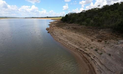 Brasília - Lago da barragem de Santo Antonio do Descoberto, que abastece boa parte das cidades satélite da capital, está com o nível de água bem abaixo do esperado (Fabio Rodrigues Pozzebom/Agência Brasil)