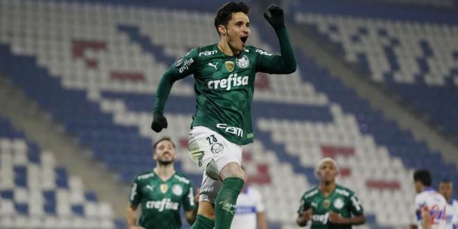 Com gol de Raphael Veiga, Palmeiras supera Universidad Católica