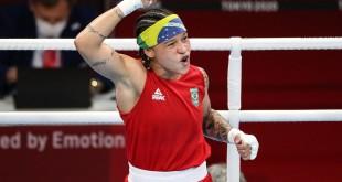 Bia Ferreira sobra na estreia no boxe e avança às quartas em Tóquio