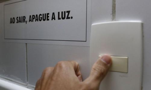 Rio de Janeiro - Consumo de energia elétrica, lâmpada e interruptor de luz. (Fernando Frazão/Agência Brasil)