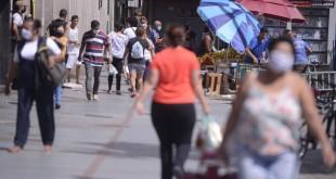 População usa máscaras nas ruas do Rio de Janeiro, desde ontem (23) a prefeitura tornou o uso obrigatório através de decreto.